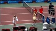Привлекателни тенисистки танцуват яко на корта.