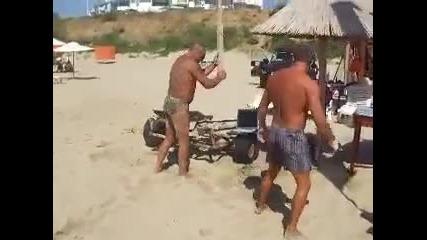 Мутра на плажа троши лаптоп