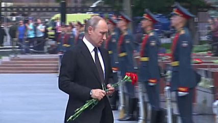 Russia: Putin lays wreath at Tomb of Unknown Soldier