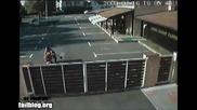 Моторист се забива челно в ограда