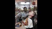 Ето как масажират фризьорите в Индия
