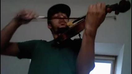 Човек свири на цигулка различни песни