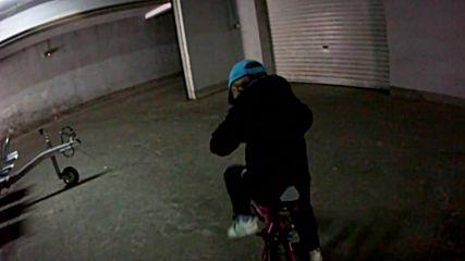 Криско кара колело в гаража