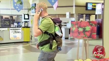 Бебе пишка върху плодове - Скрита камера