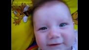 Бебе дразни баща си-ще се спукате от смях