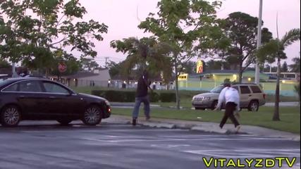 Зомби атакува по улиците минувачи