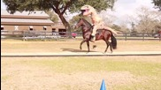 Т-рекс играе футбол докато язди кон!