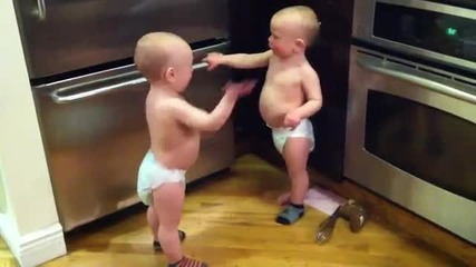 Бебета си говорят на бебешки език