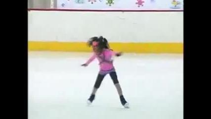 Момиченце на девет години владее кънките и леда до съвършенство