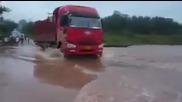 Камион пресича придошла река и пропада !