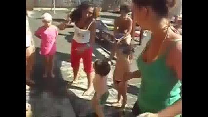Малък танцьор побърква всички на плажа