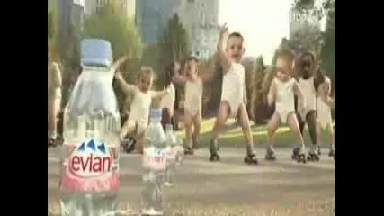 Сладки бебенца танцуват много яко