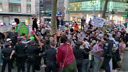 USA: Protester injured as tensions flare during pro-Palestine rally *DISTRESSING CONTENT*