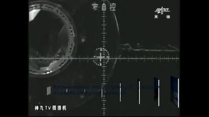 """Космическият кораб """"Шензу-9"""" извърши ръчно скачване с китайската орбитална станция"""