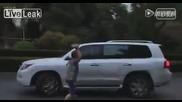 Хора се саморазправят с шофьор убил човек и опитал да избяга от мястото на инцидента