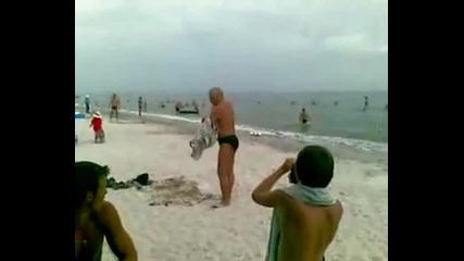Пиян руснак на плажа - Яко Смях