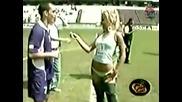Секси репортерка си сваля гащите - Луд смях