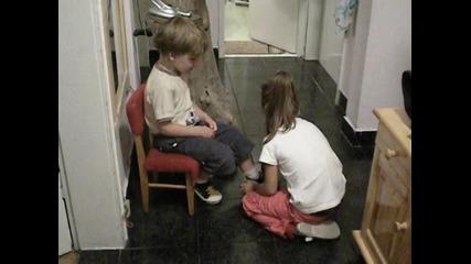 Маги помага на Радо да се обуе - 2009