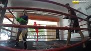 Обикновено момиче бие фитнес инструктори на ринга