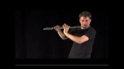 човек свири с флейта песента от Инс.гаджет и прави бийтбокс