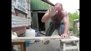 Изумително!!! Мъж забива пирони с ръце