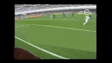 Зинедин Зидан пребива с топката пича със зеления екран,  дето добре,  че оцеля да качи видеото!