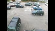 Сигурно паркира някоя блондинка!