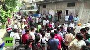 Индия: Крави препускат по телата на индуистки поклонници за празника Дивали
