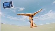 Жени правят йога пози на плажа »» мега компилация