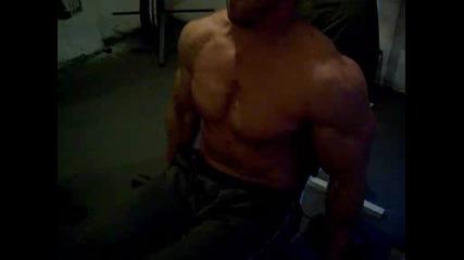 Tome Munin trenira biceps