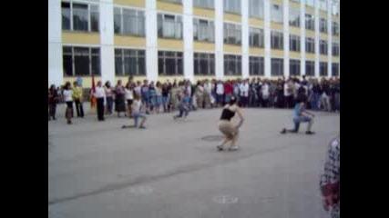 танц на училищните мажоретки