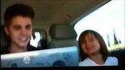 Джъстин и Джази пеят заедно.