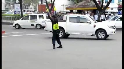 Регулировчик танцьор из улиците на града - Смях!