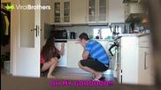 Пич слага кучето на приятелката си в пералнята - Шега
