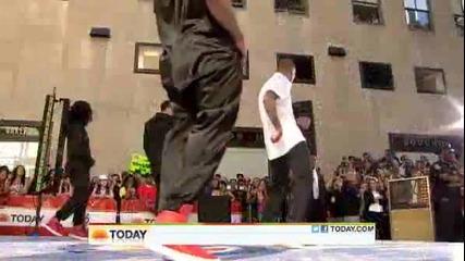 Истински Талант!! Изумително изпълнение на Chris Brown ( The Today Show )