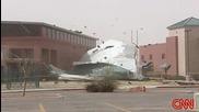 Вятър събаря покрив на сграда по време на живо предаване