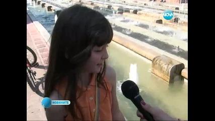 Риби доплуваха до градски фонтан