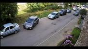 Жена се опитва да паркира успоредно