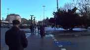 Пешеходци пресичат на червен светофар