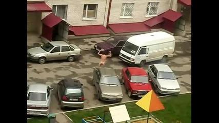 Пиян руснак скача по коли