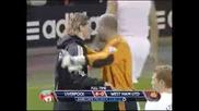 Gerrard дава топката на Torres