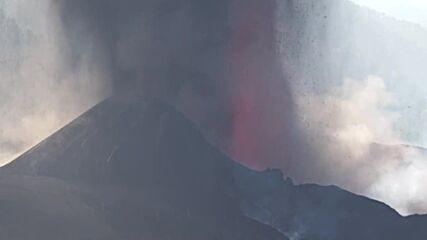 Spain: La Palma volcano spews ash plume and lava amid ongoing eruption