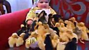 Сладки Пиленца Се Гушкат с Бебе