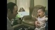Бебе плаче при вида на баща си