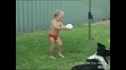 Дете се опитва да ритне топка