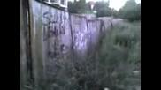 Луд Се Удря В Оградата