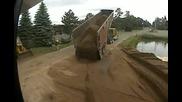 Камион се обръща докато разтоваря пясък - смях