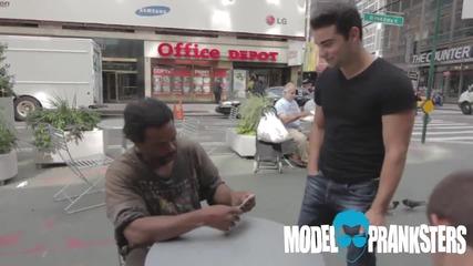 Бездомен човек печели $100 на канадска борба и ги споделя с непознат