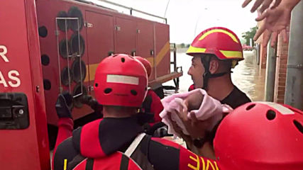 Spain: Soldiers save child in rescue operation after floods in Alicante