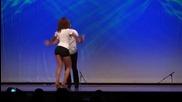 Мъж и жена изпълняват зрелищна бачата с хипнотични движения и перфектна хармония